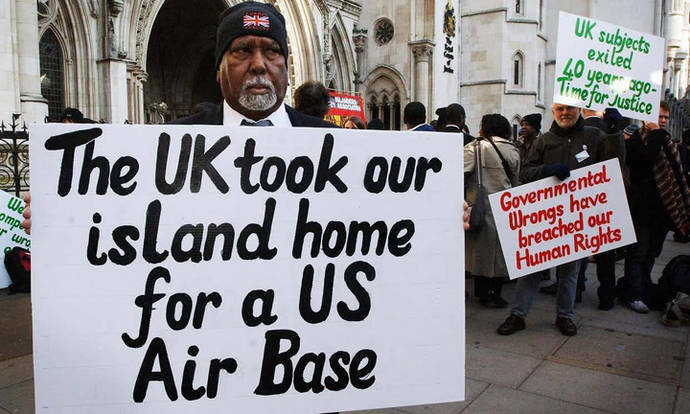 Foto de manifestantes oriundos de Chagos desplazados por las autoridades británicas debido a la base militar norteamericana ubicada en la Isla de Diego García