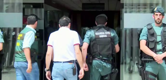 Villar, detenido, entra en la sede de la RFEF escoltado por la Guardia Civil
