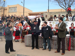 """En la imagen de archivo, la """"Matanza"""" en su edición 2008, en la cual Quino Moreno (coordinador de esta página) fue nombrado """"Matancero de Honor"""" y aparece levantando el trofeo del festejo. (imágenes cedidas por el Ayuntamiento de Guijuelo)."""