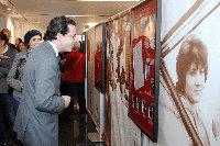 El consejero de Inmigración, durante su recorrido por la exposición.